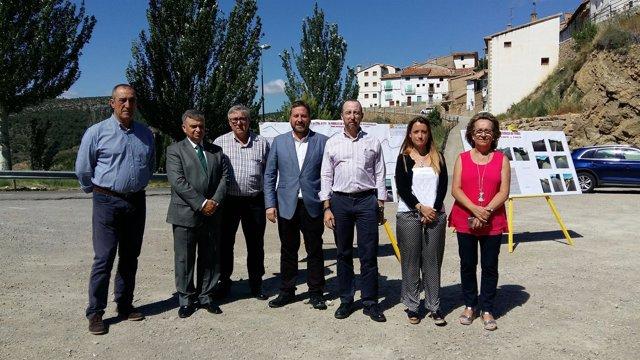 Soro visita los trabajos de mejora del firme en la A-1701, en Nogueruelas