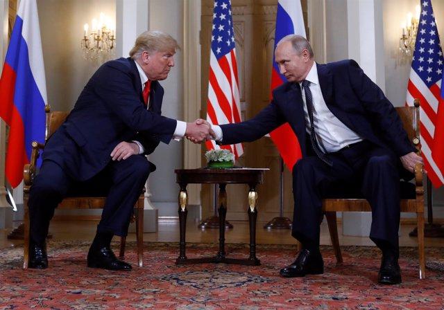 Trump y Putin se saludan en el palacio presidencial de Helsinik