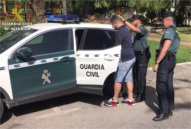 El detenido custodiado por los agentes