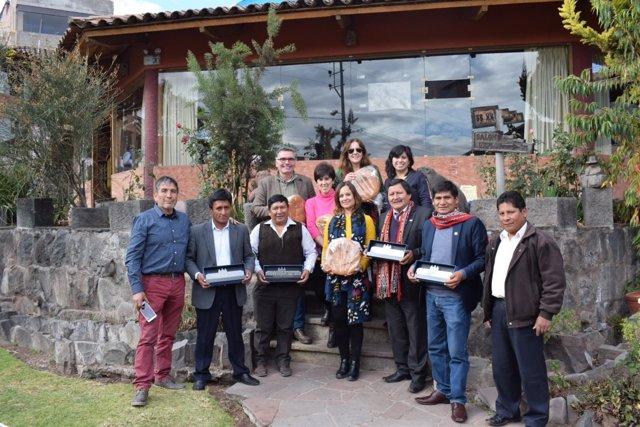 Guijarro (centro), durante uno de los encuentros en Perú