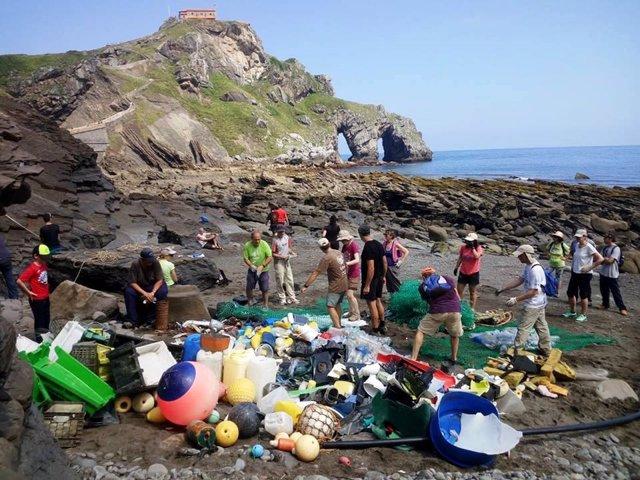 Recogida de basura en San Juan de Gaztelugatxe