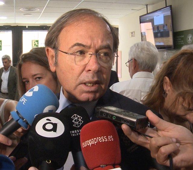 García Escudero atén als mitjans de comunicació a València