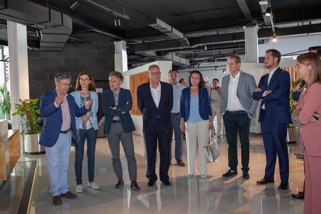 El consejero de Medio Ambiente visita las instalaciones de Grupo Cosentino