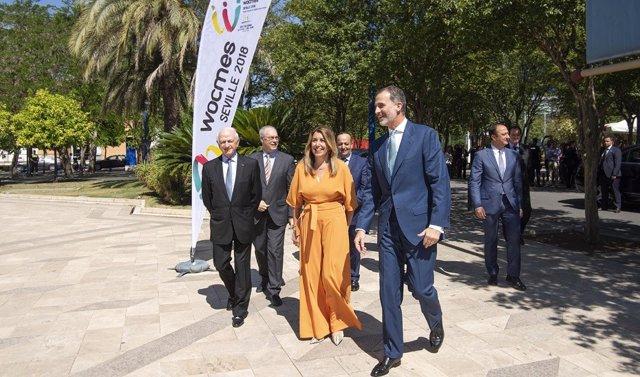 La presidenta de la Junta junto a Felipe VI en la Fundación Tres Culturas
