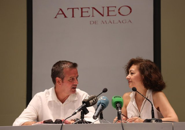 Víctor fernández ateneo de málaga con victoria abón presidenta actividades cultu
