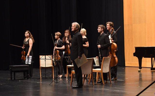 Hansjörg Schellenberger y participantes del Encuentro de Música y Academia