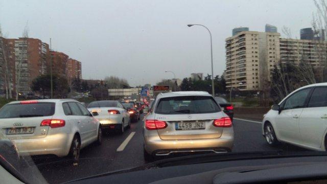Atasco de coches en la M30 de Madrid