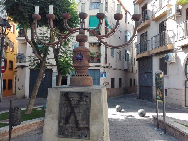 Monumento en la Judería afectado por el vandalismo