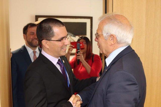 El canciller venezolano, Jorge Arreaza, con Josep Borrell