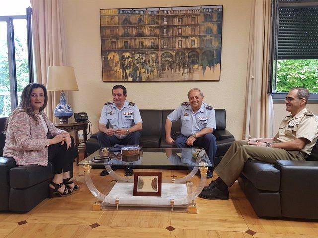 El general de División Pablo Gómez visita a subdelegada del Gobierno en Huesca