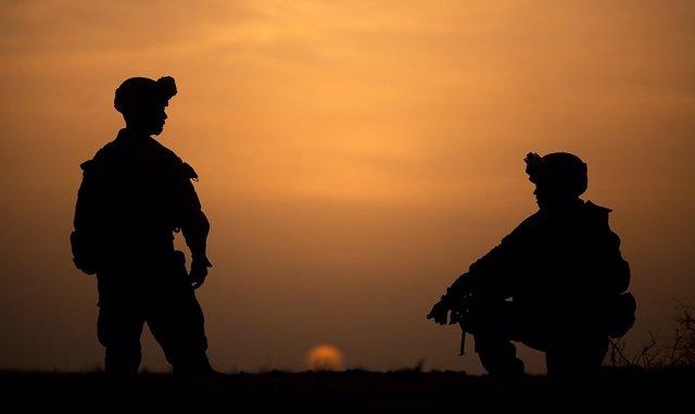 Soldados al atardecer
