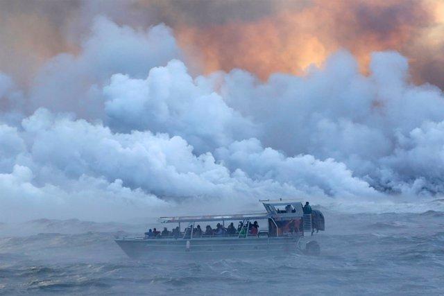 Barco turístico navega por el Océano Pacífico para observar la lava del Kilauea
