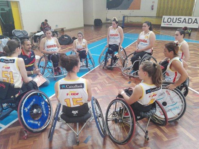 Abraham Carrión charla con las jugadoras de la selección epañola de baloncesto
