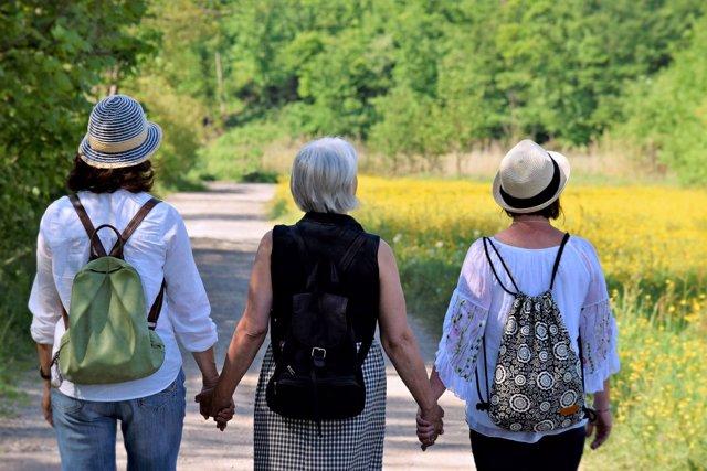 Mujeres. Mujeres andando. Señoras mayores. Amigas.