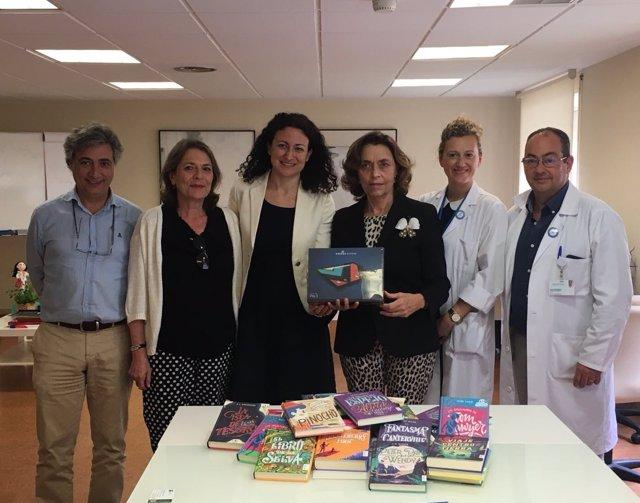 Entrega de libros entre la Fundación José Manuel Lara y el Virgen del Rocío.