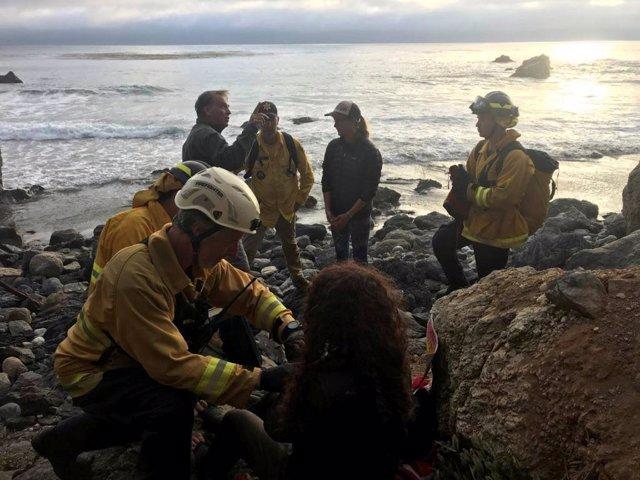 Encuentran a una mujer viva después de caer un precipicio de 200 pies