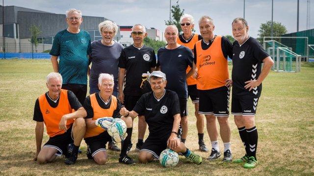 Equipo de fútbol de ancianos con cáncer de próstata que participa en un estudio
