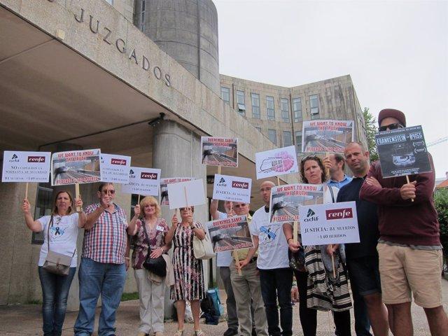 Víctimas de Angrois protestan ante los juzgados de Santiago