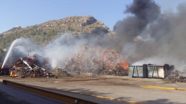 Humo en la empresa afectada por el incendio