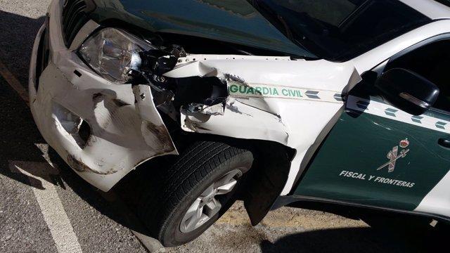Vehículo de Guardia Civil dañado tras ser embestido por narcotraficantes