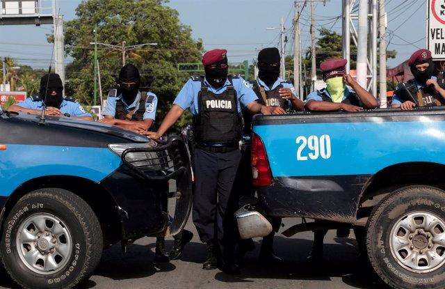 Agentes de policía bloquean la entrada de una iglesia católica en Managua