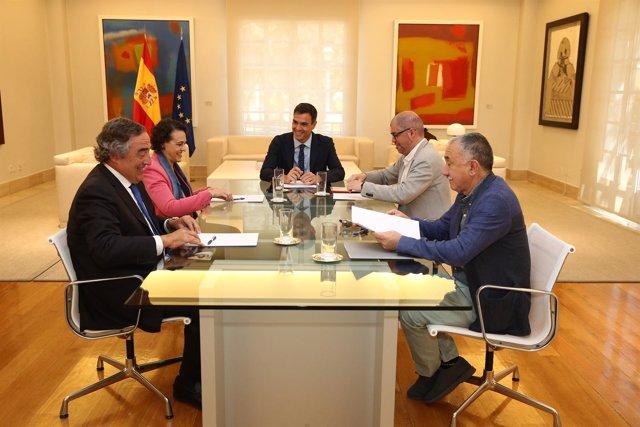 Pedro Sánchez se reúne con los sindicatos y la patronal en Moncloa
