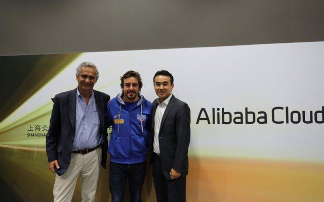 Alibaba Cloud firma una alianza estratégica con el piloto Fernando Alonso