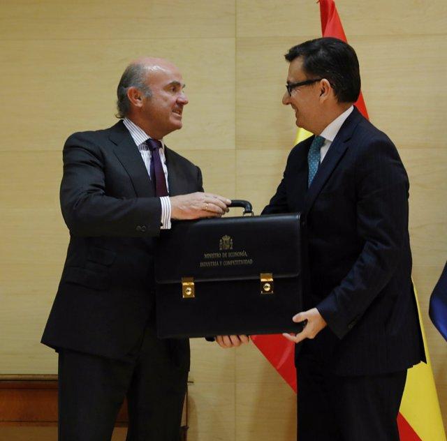 Luis de Guindos traspasa la cartera de Economía a Román Escolano