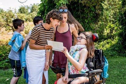 La actriz Andrea del Río visita las Colonias ASEM, un campamento inclusivo para niños con enfermedad neuromusculares