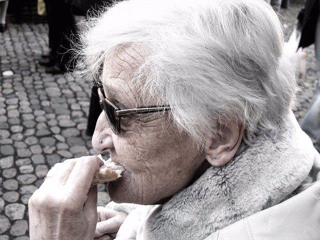 Abuela, personas mayores, anciana comiendo