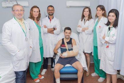 Un equipo de cinco especialistas reimplanta con éxito un brazo seccionado en un accidente laboral