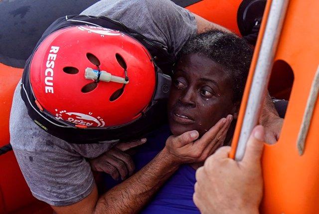 Mujer rescatada por Proactiva Open Arms tras un naufragio en el Mediterráneo