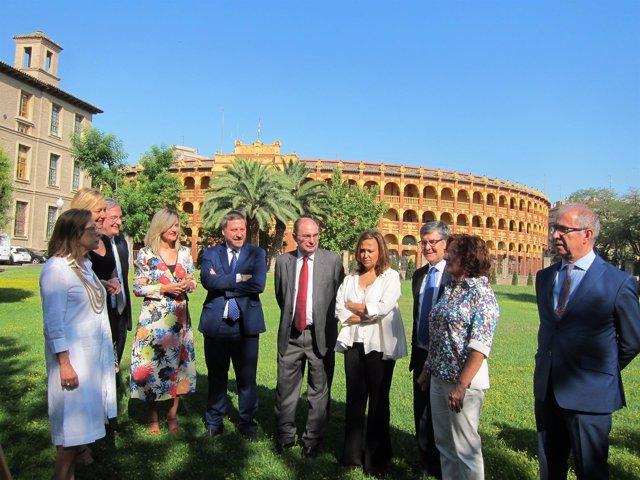 Javier Lambán, junto a los consejeros este jueves en los jardines del Pignatelli