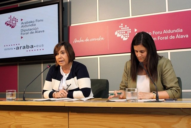 La diputada foral de Servicios Sociales, Marian Olabarrieta, a la izquierda