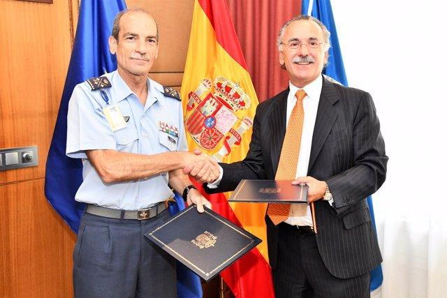 Teniente general José María Salom Piqueres (INTA) y Luis Furnells (Tecnobit)