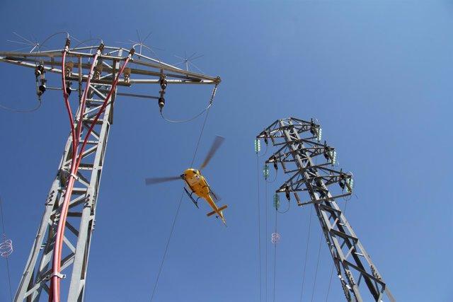 Endesa revisa las líneas de alta tensión mediante un helicóptero