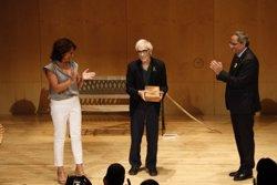 El poeta Lluís Solà rep la Medalla d'Or de la ciutat de Vic enmig d'un acte de reivindicació de la paraula (ACN)