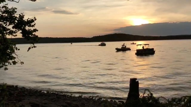 Embarcaciones de rescate trabajan en Missouri tras hundirse un barco turístico