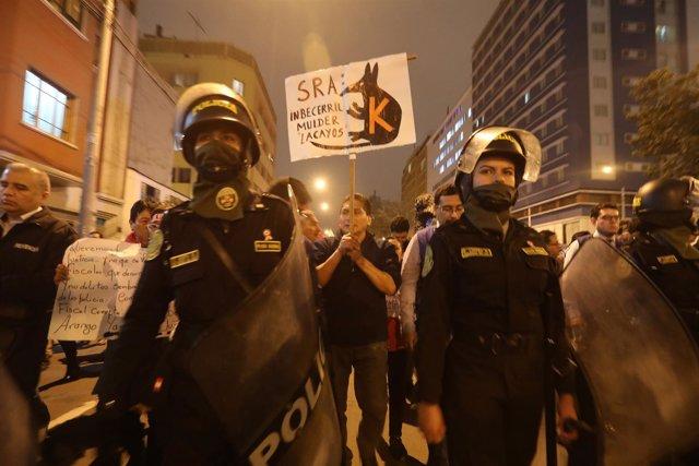 Ciudadanos peruanos se manifiestan contra la corrupción judicial