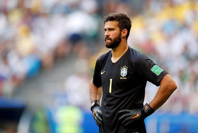 Alisson jugando con Brasil