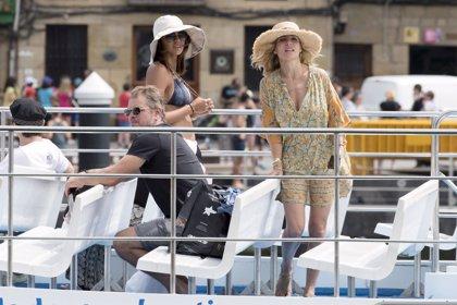Elsa Pataky y Chris Hemsworth disfrutan de las aguas de San Sebastián junto a Matt Damon