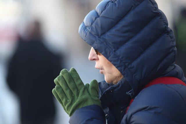 Un hombre se abriga ante el frío
