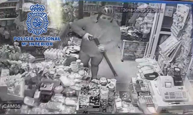 Detenido tras atracar dos tiendas de alimentación disfrazado de Superman