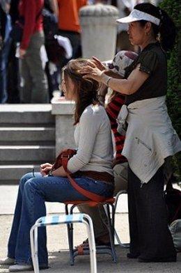 Una mujer recibe un masaje callejero