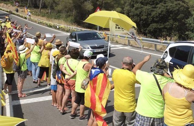 Manifestants davant l'arribada de Carme Forcadell a la presó de Mas d'Enric
