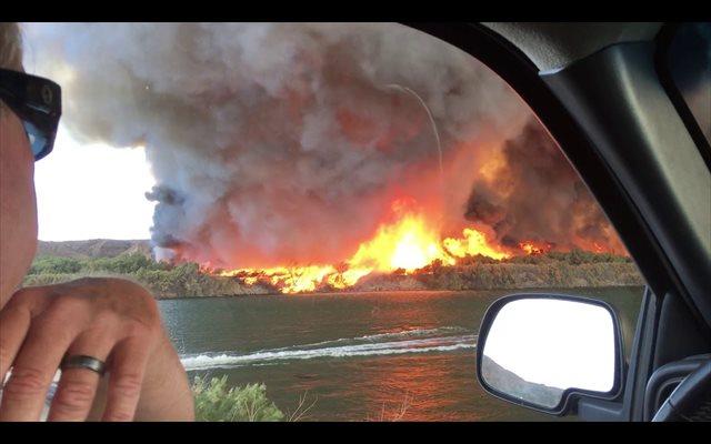 ¿Un tornado fuego? ¿Una tromba marina?: Un curioso fenómeno fue capturado sobre el río Colorado, en California