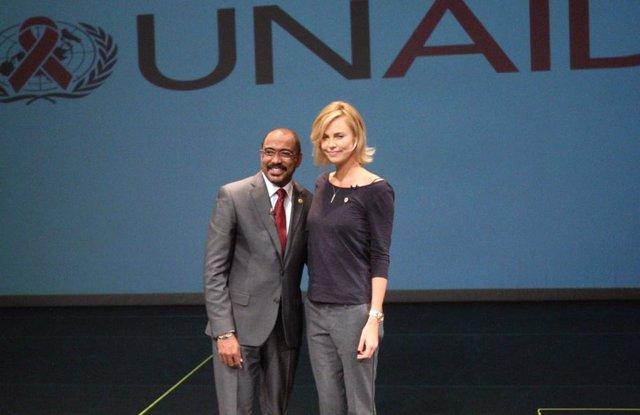 El director ejecutivo de ONUSIDA, Michel Sidibé, y la actriz Charlize Theron