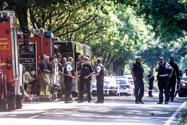 Policías cerca del lugar del ataque de un hombre con un cuchillo en Alemania