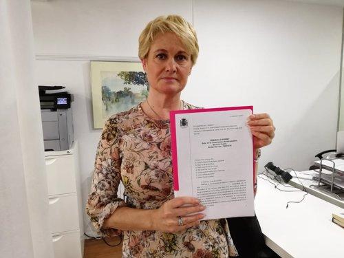 Angela González con la sentencia del TS que condena al Estado Español