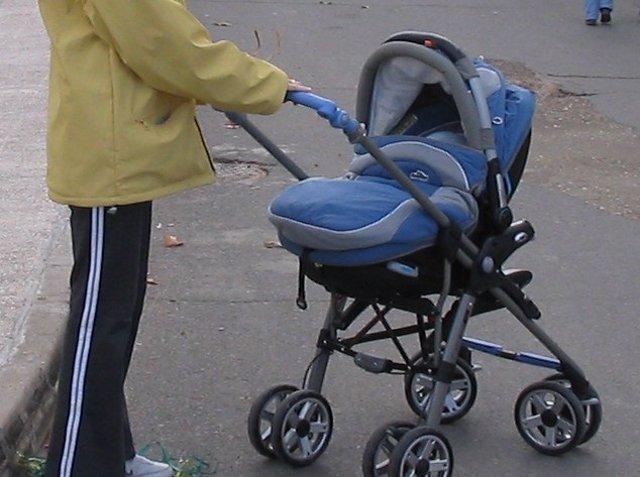 Un carrito de bebé